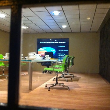 Mini-meetingroom with mini-projection screen which can actually be used by plugging a USB-stick into the gutter of the dollhouse.