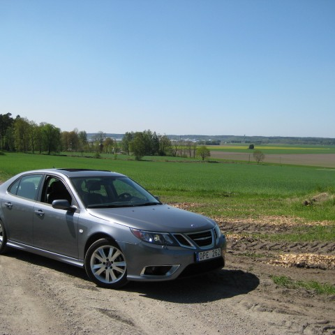 The 9-3 V6 turbo can be driven on- and offroad. It both brings you the sporty sedan it promises to be.