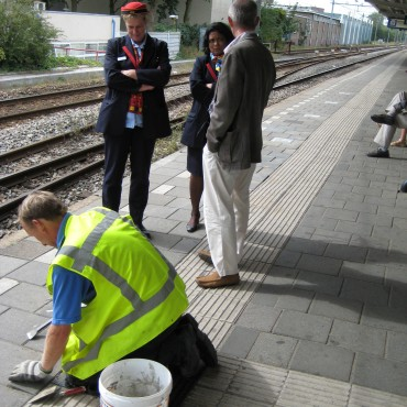 Specialised personnel was needed to install the tiles on the platform. This attracted a lot of attention.